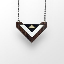 sui_wood_acrylic_necklace heart_black chain_3